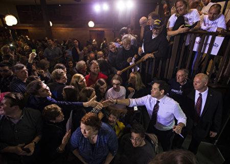 3月12日,美共和黨總統參選人魯比奧在佛州舉行競選造勢集會上,與支持者握手。(Mark Wallheiser/Getty Images)