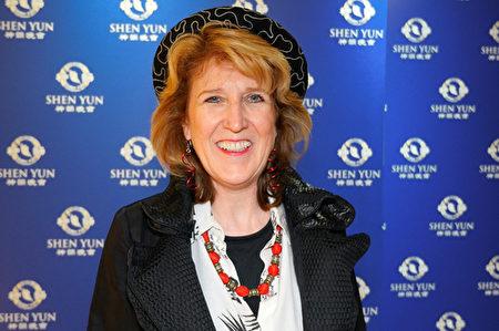 世界五百強Sodexo公司高級副總裁Lisa Larsen Hill女士2016年3月12日下午在林肯中心大衛寇克劇院觀看神韻藝術團的演出。(大紀元)