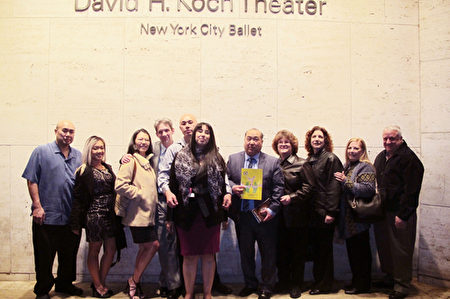 何家兄弟和朋友共12人觀看了3月12日在林肯中心的的神韻演出。(杜國輝/大紀元)