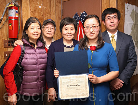 安心获奖后,与家人和新唐人电视台热心观众合影。(钟鸣/大纪元)