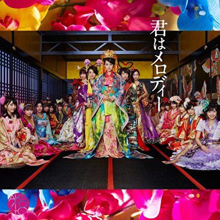 慶祝AKB48(中)十周年最新單曲《你就是旋律》,更邀來家族成員共同助陣。(華納提供)