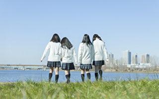日本女團「whiteeeen」不露臉專心唱歌