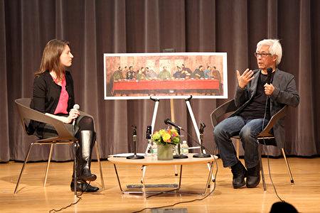 當代華裔藝術家張宏圖(右)在 「鮮活的記憶:紐約華人文化與傳統」的訪談中,講述自己的移民經歷和作品,背後是他反映文革的作品《最後的晚餐》。(靜怡/大紀元)