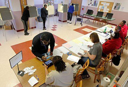 美國總統競選中又一個「超級星期二」15日登場。5個關鍵州舉行初選,圖為俄州選民前往投票站投票。 (John Sommers II/Getty Images)
