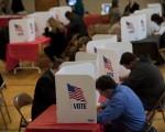 3月15日美国俄亥俄州一处投票处内,当地选民正在投票。(Jeff Swensen/Getty Images)