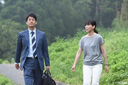 唐澤壽明(左)下鄉拍戲面臨「蟲蟲危機」,右為劇中同事麻生久美子。(緯來日本台提供)