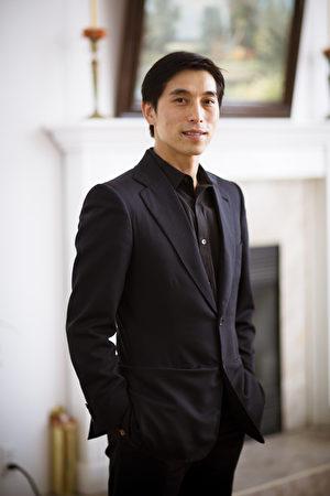 大賽評委、資深中國舞專家陳永佳。(新唐人)