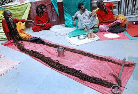 來迦摩其耶寺朝聖的苦行聖人在展示20年未剪的頭髮。(STRDEL/AFP/Getty Images)