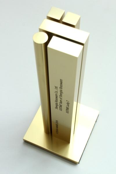 iF金獎獎盃。(圖:勝泰衛材提供)