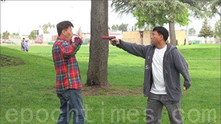 在歹徒有槍你沒槍的情況下,只能後退再後退、逃跑。(薛文/大紀元)