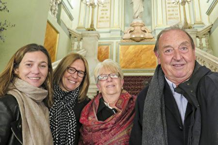 Monica Masana女士(左)和家人观看了3月17日神韵在巴塞罗那的第一场演出。(文华/大纪元)