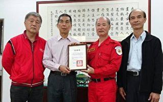 中华民国搜救总队副总队长简水亮(右2),16日致赠感谢状给中油公司炼制事业部执行长李顺钦(左2)。(中油公司炼制事业部提供)