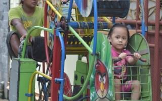 组图:印尼贫童梦幻岛 行动游乐园圆梦