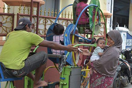 印尼雅加達行動遊樂園圓民貧區兒童夢。圖為摩天輪。(ADEK BERRY/AFP/Getty Images)