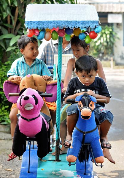 印尼雅加達行動遊樂園圓民貧區兒童夢。圖為旋轉木馬。(ADEK BERRY/AFP/Getty Images)
