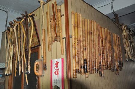 挂满墙上的洞箫和拐杖。(新竹县政府提供)