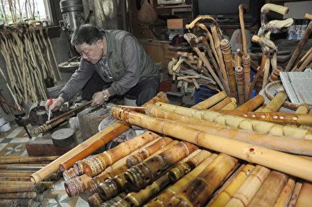洞箫的制造过程。(新竹县政府提供)