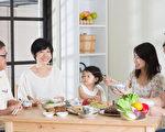 美國科羅拉多州立大學的研究表明,吃飯時關掉電視,食量較少,有助於減重。圖為一家人在用餐。(Fotolia)