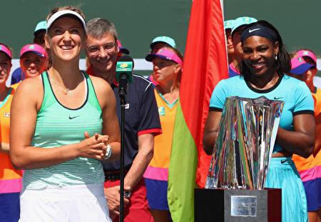 白俄罗斯人阿扎伦卡(左)战胜世界第一小威,夺得印第安维尔斯女单冠军。 (Julian Finney/Getty Images)