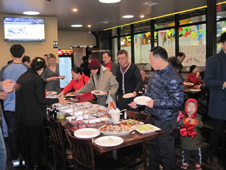 """""""上海园""""餐馆免费为来宾们准备了丰盛的招牌点心和菜肴。(杨茜/大纪元)"""