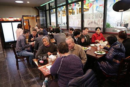 """""""上海园""""新张当天,高朋满座,新老顾客纷纷前来道贺。(习文提供)"""