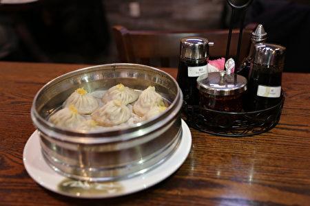 """""""上海园""""餐馆的正宗上海风味点心与江南风味菜式。(习文提供)"""