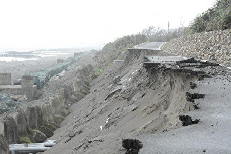 頭城鎮竹安里連接壯圍鄉的自行車道坍方情形。(陳歐珀提供)
