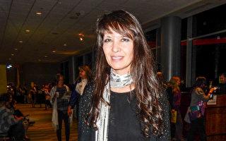 從事舞台藝術教育的戲劇教師Linda Seto女士讚歎和感激神韻演出在精神領域對人的啟迪。(陳香君/大紀元)