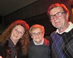 退休IT咨询师Hans先生3月23日和妻子Ganeque、岳母一起来布鲁日观看了神韵。(文华/大纪元)