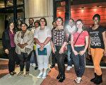組團前來觀看神韻巡迴藝術團的演出,是西維吉尼亞州立大學TRIO項目安排的文化活動。圖為3月30日晚,西維吉尼亞州立大學TRIO項目的主任(後排左一)和學生團部分成員在查爾斯頓Clay Center劇院前合影。(林南/大紀元)