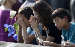 人們在為911遇難者祈禱。(AFP PHOTO / POOL / Justin Lane)