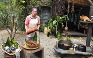 蔬果坊前烧着大锅蔬菜豆腐汤,一壶温热浓郁的豆浆,女老板罗月圆热情又开朗的分享著专业知识。(赖月贵/大纪元)
