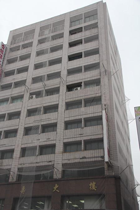 屋齡超過20年的大樓磁磚一直落,架防護網只是第一步,全面檢修確保安全才是根本。(陳志達/大紀元)