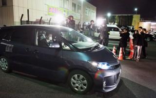 日本埼玉县15岁国中女生失踪2年获救,在警方保护下乘坐警车驶离警局。嫌犯寺内桦风涉嫌诱拐未成年少女,28日在静冈县落网。(共同社提供)