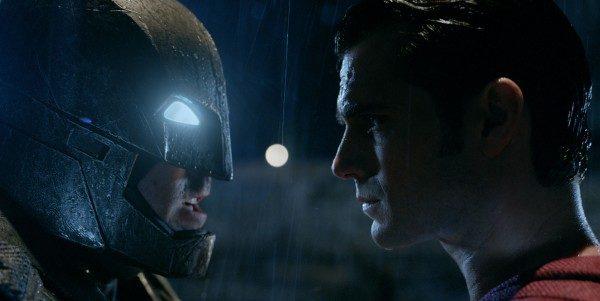 不向恐攻屈服 《蝙蝠侠对超人》首映吊受难者