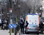 週五(3月25日),比利時布魯塞爾警方在斯哈爾貝克(Schaerbeek)繼續展開突襲圍捕行動。(PATRIK STOLLARZ/AFP/Getty Images)