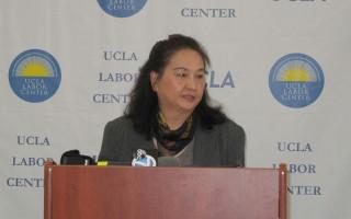 《世界日报》洛杉矶分社员工状告资方违反劳工法,经过十几年的法律战,双方近日达成780万美元的和解协议。图为原告代表王联懿举行记者会。(刘菲/大纪元)