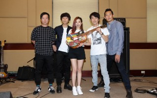 徐怀钰(中)与四分卫高雄开唱,还收到手绘吉他。(发现音乐提供)