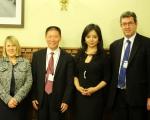 英國保守黨人權委員會主席Fiona Bruce MP(左一),傅希秋(左二)、林耶凡(Anastasia Lin),保守黨人權委員會副主席Benedict Rogers MP(左四)。(李景行/大紀元)