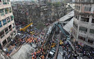 印度加尔各答市一座在建天桥在当地时间31日下午突然倒塌,目前已14人死亡,超过100人被埋在瓦砾堆中。(AFP / Dibyangshu SARKAR)