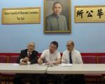 李錦光5日在中華公所,簽名100萬美元私人支票給中華公所,希望用于慈善事業。(蔡溶/大紀元)