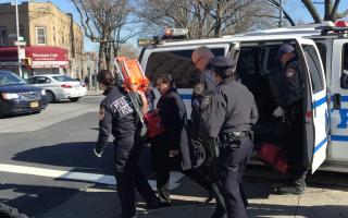 纽约男子偷手机后沿地铁逃离 被撞受轻伤