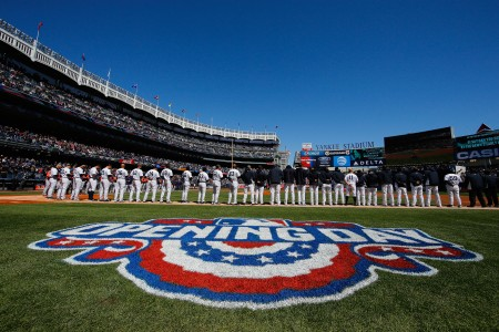 洋基隊隊員列隊準備比賽。(Al Bello/Getty Images)