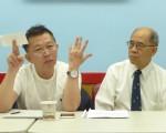 李錦光(左)以抽煙的動作,用兩根手指夾著100萬支票,5日在中華公所滔滔不絕。(蔡溶/大紀元)