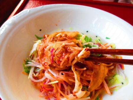 春天養生沙拉,日韓風營養「雙酵」沙拉。吃的時候,可以將納豆泡菜和生菜沙拉二者混合,味道更透。(家和/大紀元)