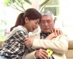 《幸福不二家》劇照,圖為名導柯一正與大久保麻梨子上演父女復合的戲,十分感人。(台視提供)
