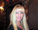 理髮館老闆Jill Brimhall表示,神降臨舞台的那一刻,震撼人心。(大紀元)