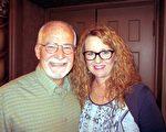 退役警員喬治.福斯特(Goerge Foster)與妻子蜜雪兒(Michelle Foster)4月2日下午在鳳凰城歐菲姆劇院第一次欣賞到神韻藝術團演出。(大紀元)