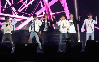韓國男子團體「BEAST」4日在台北舉行台灣粉絲見面會,演唱數首歌曲,與粉絲互動。(中央社)
