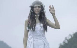 魏如昀日前特别赴宜兰明池拍摄主打歌《木》的MV,图为她扮演来自外太空的机器娃娃。(动静音乐提供)